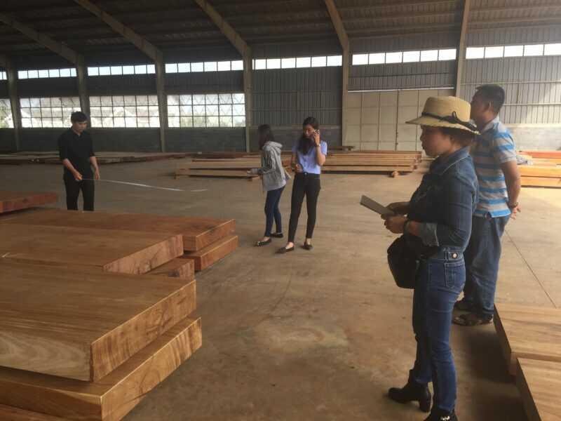 Khách hàng tham quan mua gỗ tại Khu chế xuất goquydaklak.com