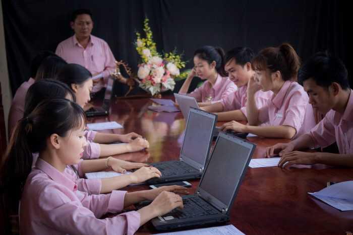 Đội Ngũ Nhân Viên Văn Phòng Của Gỗ Quý Đắk Lắk